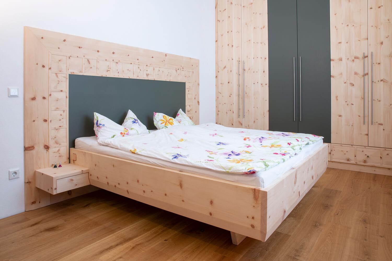 Zirbenholz Schlafzimmer Mit Ledereffekt. Tischlerei Seidl